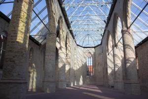 Kirchenschiff mit Glasdach