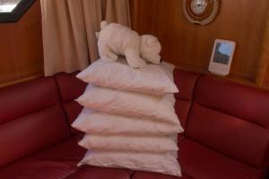 Kissen sind abgezogen und werden unter dem Bett verstaut