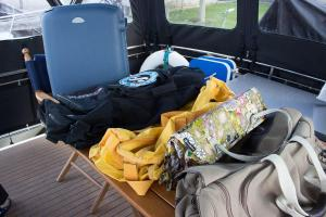 Taschen stehen bereit für die Kleider