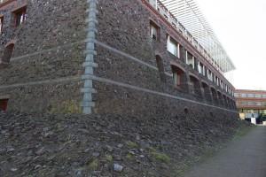 moderne Stadtmauer am Wall