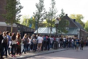 die jungen Leute stehen an für das Anne Franke Haus