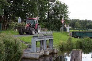 Brückenwärter ist mit seinem Traktor unterwegs
