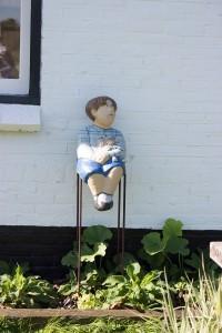 kleiner Mann wartet geduldig auf dem Stuhl