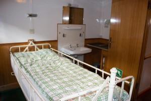 Sanitätszimmer mit kardanisch aufgehängtem Bett
